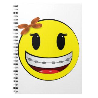 Cara sonriente con los apoyos - chica libros de apuntes