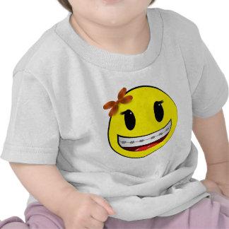 Cara sonriente con los apoyos - chica camiseta