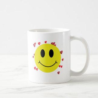 Cara sonriente con los corazones rojos taza clásica
