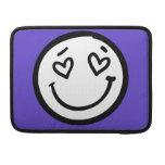 Cara sonriente de encargo en fondo púrpura fundas para macbooks