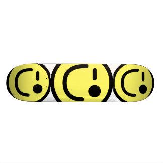Cara sonriente de guiño amarilla tabla de patinar