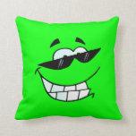 Cara sonriente de la cal en sombras almohadas