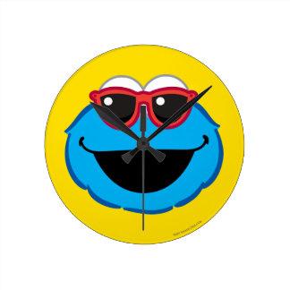 Cara sonriente de la galleta con las gafas de sol reloj redondo mediano