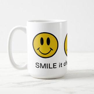 Cara sonriente de oro taza