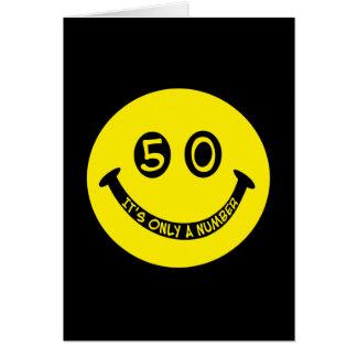 ¡cara sonriente del 50 o cumpleaños es solamente tarjetas
