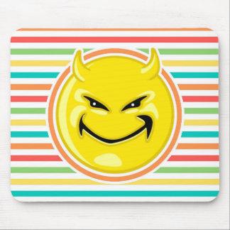 Cara sonriente del diablo en rayas brillantes del mouse pad