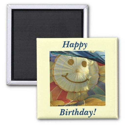 ¡Cara sonriente del globo, feliz cumpleaños! Imán Cuadrado