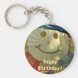 ¡Cara sonriente del globo, feliz cumpleaños! Llavero Redondo Tipo Pin