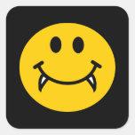 Cara sonriente del vampiro con los colmillos colcomanias cuadradases