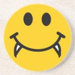 Cara sonriente del vampiro con los colmillos posavasos manualidades