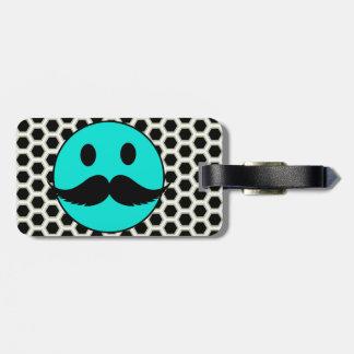 Cara sonriente divertida retra con el bigote etiqueta de maleta