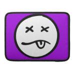 Cara sonriente divertida retra en fondo púrpura fundas para macbook pro