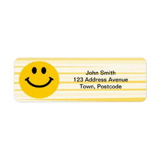 Cara sonriente en rayas amarillas soleadas etiqueta de remitente