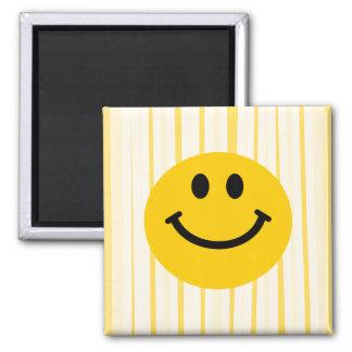 Cara sonriente en rayas amarillas soleadas imán cuadrado