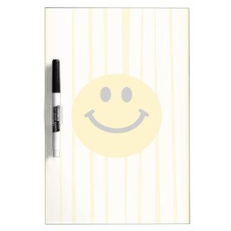 Cara sonriente en rayas amarillas soleadas pizarra blanca