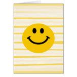 Cara sonriente en rayas amarillas soleadas tarjeta de felicitación