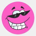 Cara sonriente en sombras etiquetas redondas