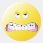 Cara sonriente enojada pegatina redonda