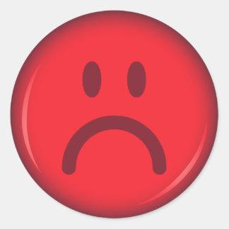 Cara sonriente enojada pouty infeliz roja pegatina redonda