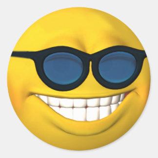 Cara sonriente feliz con el pegatina de las gafas