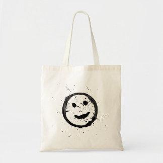 Cara sonriente feliz derramada y manchada bolsa tela barata