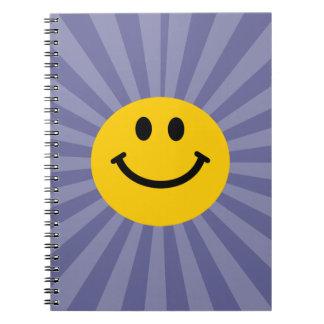 Cara sonriente feliz libreta espiral