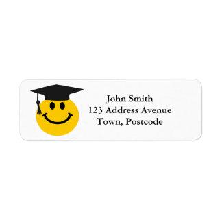 Cara sonriente graduada con el gorra de la graduac etiqueta de remite