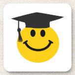 Cara sonriente graduada con el gorra de la graduac posavasos de bebida