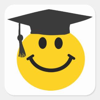 Cara sonriente graduada con el gorra de la pegatina cuadrada