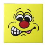 Cara sonriente Grumpey del empleado contrariedad Teja Cerámica