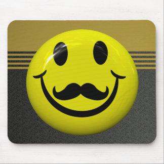 Cara sonriente hermosa con el bigote Mousepad