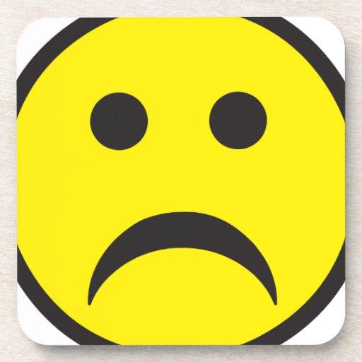 Cara sonriente infeliz de la tristeza posavaso