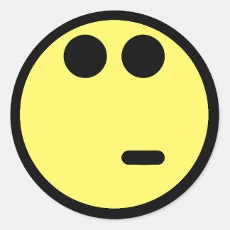 Cara sonriente inquisitiva amarilla pegatina redonda