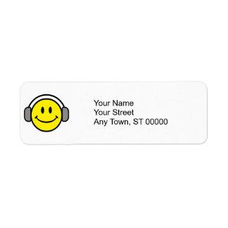 cara sonriente linda con los auriculares etiquetas de remite