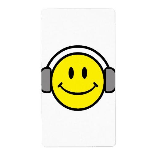cara sonriente linda con los auriculares etiquetas de envío