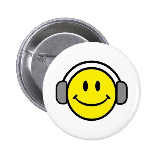 cara sonriente linda con los auriculares pins