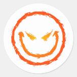Cara sonriente malvada pegatina redonda