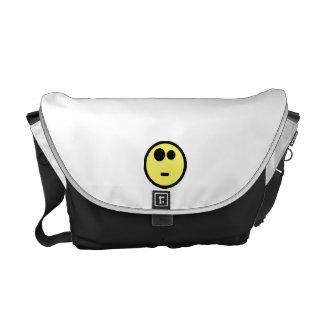 Cara sonriente que pregunta amarilla bolsa de mensajería
