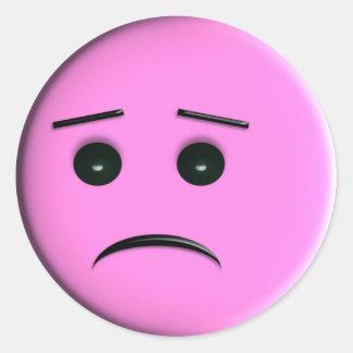 Cara sonriente rosada triste pegatina redonda