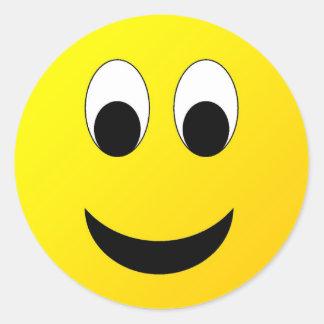 Cara sonriente tímida pegatina redonda
