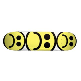 Cara sonriente triste amarilla tabla de skate