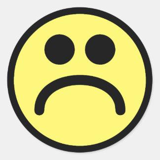 Cara sonriente triste amarilla pegatina redonda
