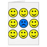 Cara sonriente triste en una muchedumbre de tarjeta de felicitación