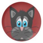 Cara triste del gato en un fondo rojo platos