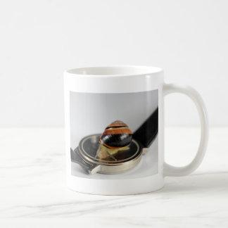 Caracol en un reloj taza de café