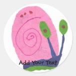 Caracol rosado del dibujo animado etiqueta redonda