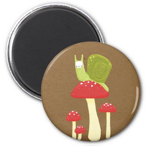 Caracol verde en setas manchadas rojas imán redondo 5 cm