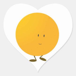 Carácter anaranjado entero sonriente pegatina en forma de corazón