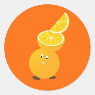 Carácter anaranjado que lleva rebanadas pegatina redonda