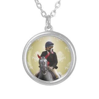 Carácter divertido del jinete del caballo colgante redondo